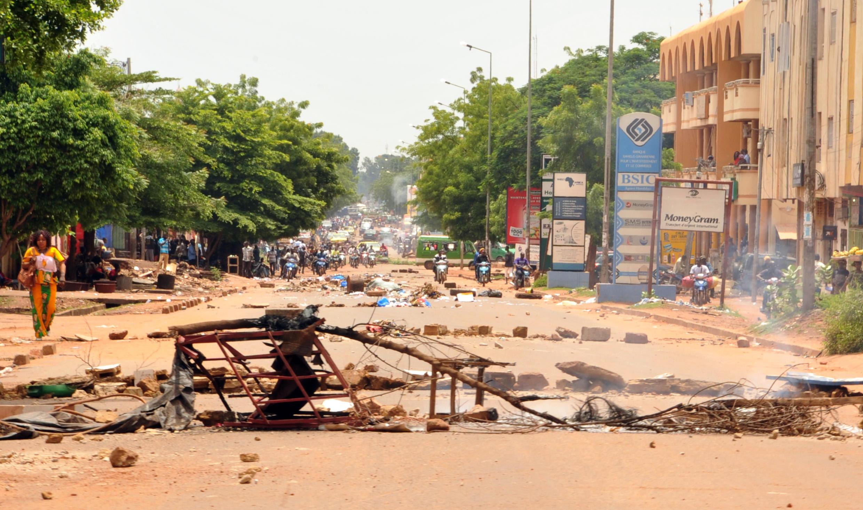 Vizuizi vilivyowekwa baada ya makabiliano kati ya waandamanaji na vijosi vya usalamaAgosti 17, 2016 mjini Bamako.