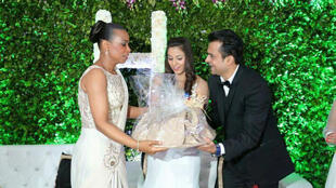 "Le couple Harish Jagtani et Sunita ""Neha"" Jagtani lors d'une fête avec à leurs côtés Olive Lembe di Sita, la femme de Joseph Kabila."