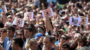 Des milliers de personnes ont observé une minute silence sur Las Ramblas à Barcelone au lendemain de l'attentat.