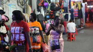 Les magasins de produits africains de Canton sont installés autour de la station de métro Xiaobei. Photo extraite de la série «Chocolate City» de Mansour Ciss Kanakassy.