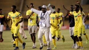 Les moins de 20 ans du Mali et leur entraîneur, Mamoutou Kané.