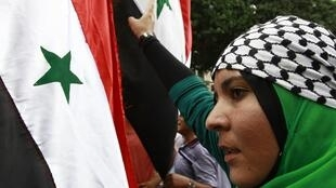 Manifestante na Tunísia protesta contra ameaça de intervenção militar na Síria