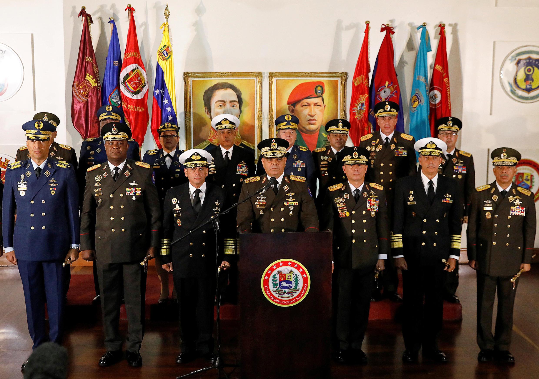 Le ministre de la Défense Vladimir Padrino Lopez,  entouré de tout le haut-commandement militaire, lors d'une conférence de presse à Caracas, le 24 janvier 2019.