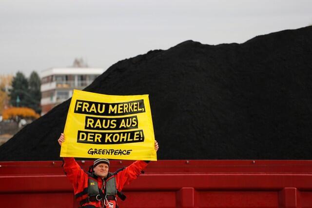 Một nhà tranh đấu giương biểu ngữ chống than đá, bên lề hội nghị COP23. Ảnh chụp bên bờ sông Rhein, Đức, ngày 15/11/2017.