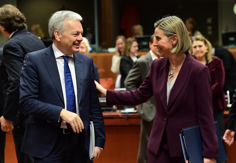 Ngoại trưởng Bỉ Didier Reynders (T) và lãnh đạo Ngoại giao Châu Âu Federica Mogherini, nhân cuộc họp tại Bruxelles ngày 14 /11/2016.