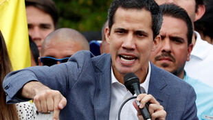 """""""خوان گوآیدو""""، رهبر مخالفان ونزوئلا روز شنبه ۶ بهمن/ ٢۶ ژانویه در کاراکاس در جمع اعضای مجلس ملی این کشور و هوادارانش در مورد قانون عفو پرسنل ارتش در صورت پیوستن به وی صحبت میکند."""