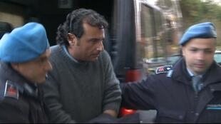 O comandante do Costa Concordia, Francesco Schettino, ladeado por policiais.