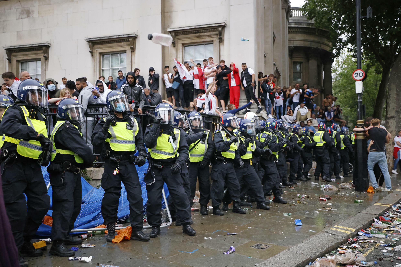 Des policiers près de Trafalgar Square à Londres pendant une retransmission sur écran géant de la finale de l'Euro entre l'Angleterre et l'Italie le 11 juillet 2021