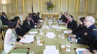 Le président français François Hollande (3ème droite) et son homologue ougandais, Yoweri Museveni (3ème gauche), au Palace de l'Elysée, à Paris, ce lundi 19 sepembre 2016.