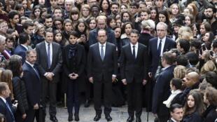 11月16日,奧朗德總統,瓦爾斯總理以及教育部長在索邦大學與師生向恐襲受難者靜默致哀。
