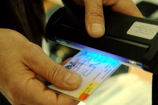 Polícia verifica autenticidade de documento de estrangeiro na França.