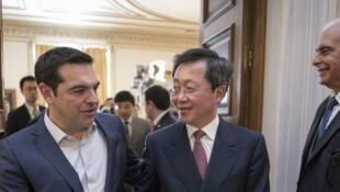 Thủ tướng Hy Lạp A.Tsipras (trái) và chủ tịch COSCO Hứa Lập Vinh (Xu Lirong) trước lễ ký kết về cảng Pirée. Ảnh ngày 08/04/2016.