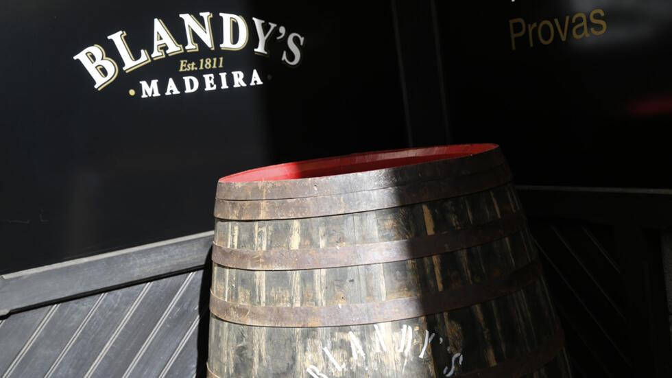 Cépage portugais, vinification dans de grandes maisons d'origine anglaise, le madère échappe pourtant aux petits viticulteurs de l'île qui ne peuvent le produire.
