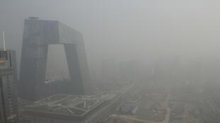 Le bâtiment de la chaîne de la télévision centrale chinoise (CCTV) à Pékin dans le brouillard de pollution, le 4 mars 2014.
