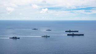 """美海军""""尼米兹""""号和""""里根""""号航母打击群南海航行资料图片"""