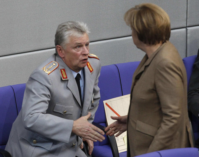 Thủ tướng Angela Merkel và Tổng thanh tra quân đội Đức Volker Wieker - REUTERS /Thomas Peter