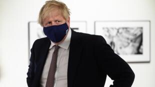 Boris Johnson, durante una visita al museo marítimo de Falmouth, para agradecer en persona a los voluntarios su labor para acoger el centro de prensa de la cumbre del G7, el 10 de junio de 2021 en Falmouth, al suroeste de Inglaterra