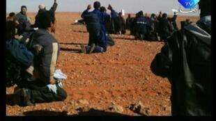 Reprodução de imagem de vídeo mostra rebeldes com as mãos para o alto no campo de gás de Amenas.