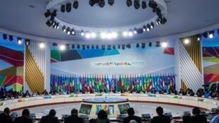 Le président russe Vladimir Poutine avec des chefs de pays participant au Sommet Russie-Afrique 2019 au Parc Sirius de la science et de l'art à Sotchi, en Russie, le 24 octobre 2019