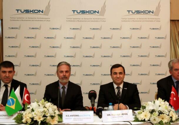 Antônio Patriota, ministro brasileiro das Relações Exeriores (à esq., ao centro da mesa), ao lado de seu homólogo turco, Riza Meral, nesta quinta-feira em Istambul.