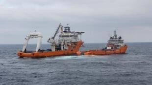 Navios de resgate chineses trabalhavam para limpar manchas de óleo do petroleiro iraniano Sanchi no mar da China Oriental, em 17 de janeiro de 2018