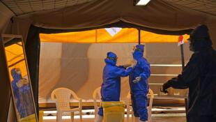 Ebola : les ¾ des rescapés déclarent encore avoir des symptômes plusieurs mois après la fin de l'épidémie. (Ici, le personnel soignant se protège avant de traiter les malades).