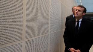 El presidente francés visita el Muro de los Nombres,en el Memorial de la Shoah en París, este 27 de enero de 2020.