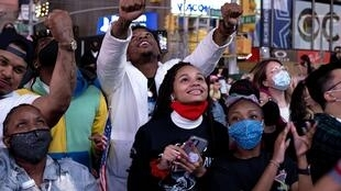 De jeunes électeurs démocrates de New York écoutent le discours de victoire de Joe Biden à Times Square, le 7 novembre 2020.