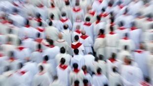 Padres assistem à missa de Pentecostes celebrada neste domingo (9) pelo Papa Francisco no Vaticano, 09/06/2019