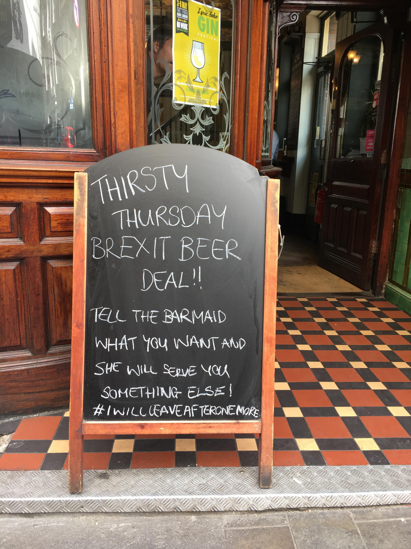 Piada em pub britânico diz para o cliente escolher a cerveja sabendo que vai receber outra coisa.