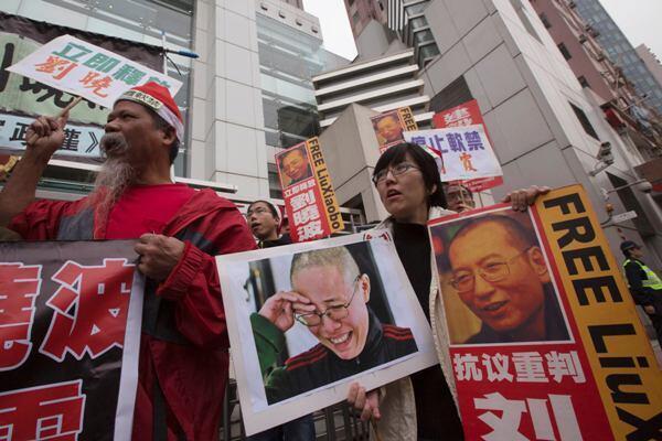 Dân Hồng Kông biểu tình đòi trả tự do cho trả tự do cho hai vợ chồng ông Lưu Hiểu Ba. Ảnh chụp hôm 25/02/2012 (Reuters)