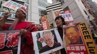 Biểu tình ở Hồng Kông ủng hộ ông Lưu Hiểu Ba (ảnh phải) và vợ - bà Lưu Hà - (ảnh trái), trước cơ quan đại diện chính quyền trung ương Trung Quốc, 25/12/2012.