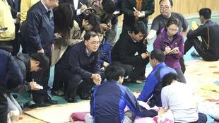 South Korean Prime Minister Chung Hong-won (C) with family members of missing passengers of the Sewol