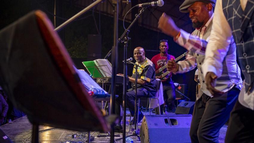 Ray Lema complice de Ballou Canta et Fredy Massamba lors du JazzKif 2019.