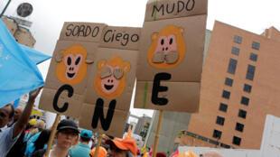 Manifestação em Caracas de opositores contra presidente Maduro, da Venezuela, em crise política, como no Brasil.