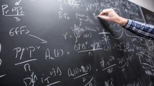 'Los estudiantes de doctorado extranjeros, que representan cerca del 45% de ellos, contribuyen ampliamente a la actividad científica en las unidades de investigación', dice el informe.