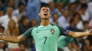Cristiano Ronaldo, yayin wasan kusa da na karshe da suka fafata da Wales, a gasar cin kofin kasashen nahiyar Turai na shekarar 2016.