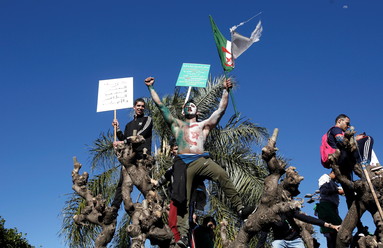 Os manifestantes exigem a saída imediata de Abdelaziz Bouteflika