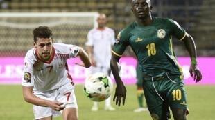 Le Tunisien Youssef Msakni et le Sénégalais Sadio Mané lors de la CAN 2017.