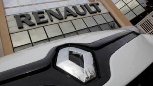 Devant un concessionnaire Renault à Marseille, en 2013.