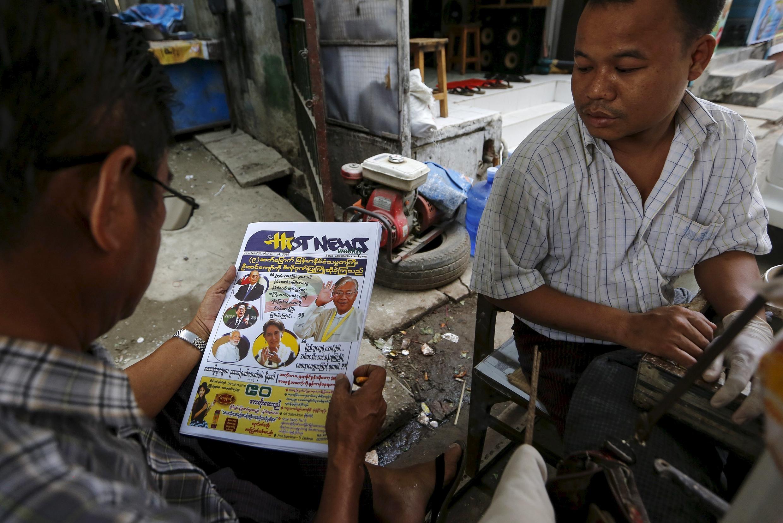 Người bán báo rong trên đường phố Rangun, 17/03/2016.