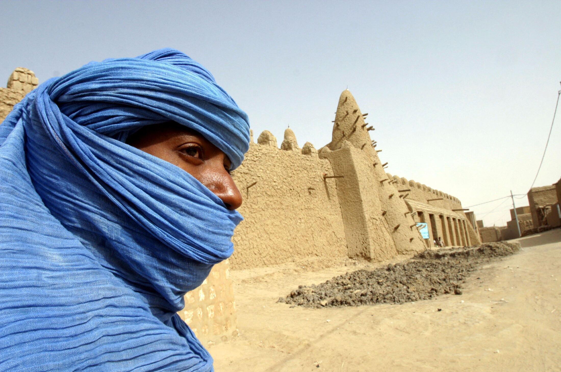 Туарег возле мечети XIII века в Тимбукту (архив)