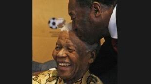 """""""Hoje estou muito triste. Nelson Mandela foi uma das maiores influências na minha vida"""", afirmou Pelé no Twitter."""