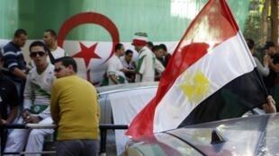 Le 13 novembre 2009, une voiture arborant le drapeau égyptien passe devant l'ambassade d'Algérie au Caire, où se sont réunis des supporteurs de l'équipe algérienne de football.