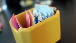 Outre les sucrettes, l'aspartame est présent dans de nombreux produits alimentaires, que ce soit sous son nom ou sous l'appellation E951.