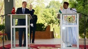 Le Premier ministre turc Recep Tayyip Erdogan a rencontré le président du Niger Mahamadou Issoufou à Niamey, le 9 janvier 2013.