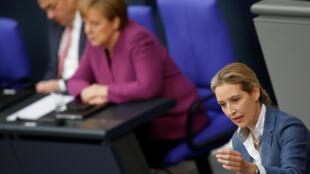 Alice Weidel (à direita), da sigla populista Alternativa para a Alemanha (AfD), fala no Parlamento enquanto Merkel ignora.