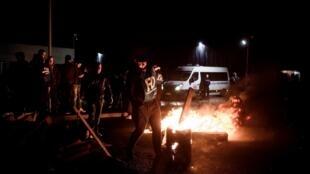 A greve dos carcereiros continua na França. Em frente à prisão de Nanterre, manifestantes ergueram barricadas na noite de quinta-feira (18).