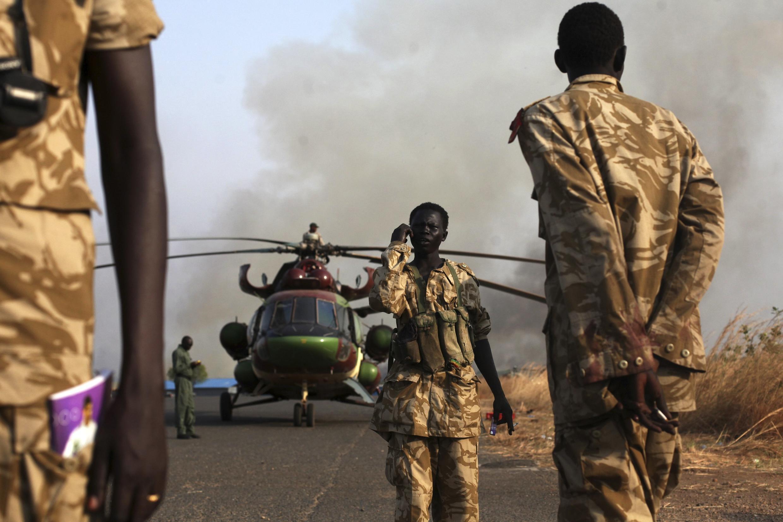 Des soldats de l'armée populaire de libération du Soudan du Sud (SPLA) à l'aéroport de Juba, le 25 janvier 2014, où un hélicoptère vient de rentrer de Bor.