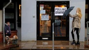 Les bureaux de vote ont ouvert leurs portes ce jeudi matin au Royaume-Uni pour les élections générales anticipées convoquées par le Premier ministre, Boris Johnson.